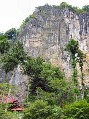 秩父札所第28番、石龍山橋立堂の裏手には巨大な石灰岩の岩壁が。 この岩体の中に鍾乳洞が隠れている。
