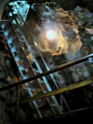 竪穴なので、内部は急な階段の連続。 お年寄りにはかなり厳しいかも。