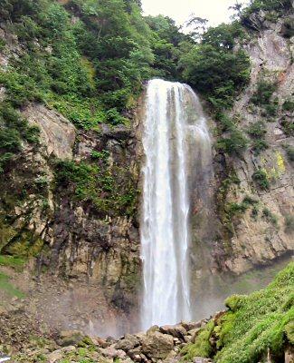 平湯温泉にある有名な平湯大滝。 64mのほぼ垂直な豪快な滝。 ただし、入り口が観光地として開発されているので有料です。