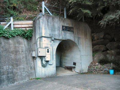 駐車場・受付から急坂を少し登ってゆくとトンネルの入り口がある