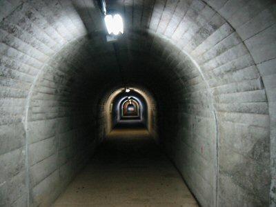入り口の鉄扉を開けると長ーいトンネルにびっくり。 しかもずっと急な上り坂になっているのだ。
