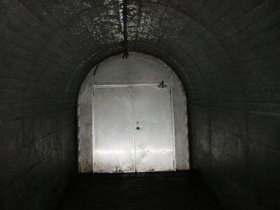 いいかげん息がきれたころ、トンネル出口の扉にたどりつく。