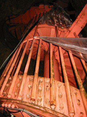 水滴よけのビニールが張られた螺旋階段をぐるぐる登る