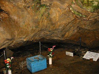 一段上がったあたりにある、悦巌上人入滅の場所。 実際に人骨が発見されたところである。