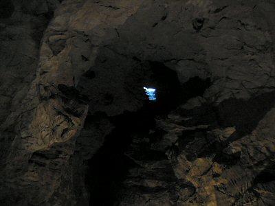 出口近くの天井の高いところには開口部が見えるところがいくつかある。