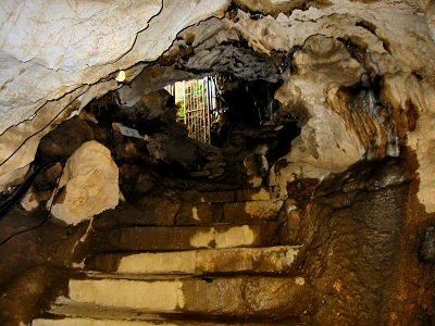 これが終点の出口。 すなわち、本来の入り口。 振り返ってルートを思い起こせば、この洞窟はひたすら奥下へ地下深くへ向かって入っていく構造なのが分かる。