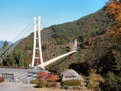 現在、不二洞は「川和自然公園」の一角とされており、すぐ前の巨大吊橋「天空回廊・上野スカイブリッジ」がペアの観光資源となっている。 渓谷にかかるすごく高い吊橋だが、車の通れない人道橋で、両岸に村もなく、何のために作ったか謎?