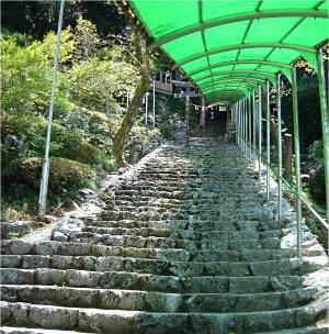 古くからの観光地らしくお土産屋の連なる道を抜けて、急な石段を登ると洞口がある。 脇にはエスカレーターも作られている。