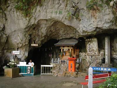 鍾乳洞全体の規模の割には、入り口は小さい。