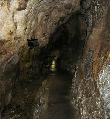 最初は小さな水流沿いに続く洞内。 思ったより規模がすごく小さい洞窟のような感じで何だかやや拍子抜け。