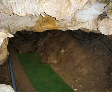 これが「冒険コース」の入り口。 竜宮殿付近から神の壷付近までのショートカットルートになっている。 ガイドツアーに申し込まないと入れない。