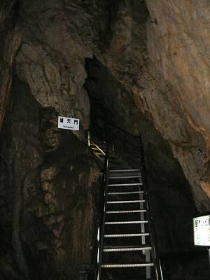 次第に急な登りが続くようになる。 峠越えに向かう「通天門」
