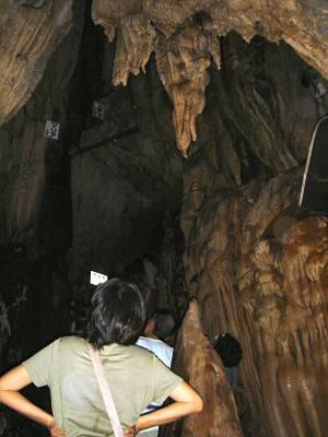 洞内でも一番見ごたえのある一帯が、この万象殿近辺。 急坂を登りきると峠越えとなり大回廊となる。 感動的な雄大な洞内景観が見られるのだが、蝙蝠生息保護のため照明が規制されていて写真が撮れない。