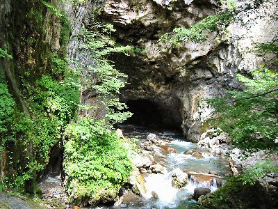 白骨温泉「隧通し」。 渓谷の水流が岩壁を貫通している様子はまさに「奇勝」。
