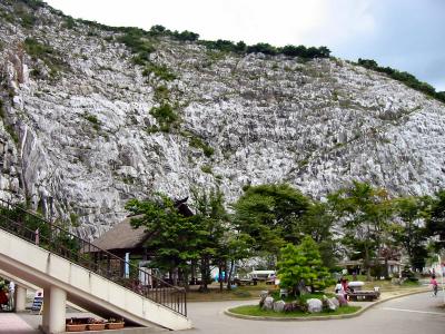 今は使われていない、石灰岩採石場の切端の断崖がそびえる台地上に、あぶくま洞はあります。  広い駐車場と観光施設が整備されています。