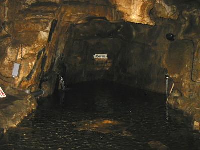 「洗心の池」は、洞内の流れが地中に吸い込まれていく終点になっています