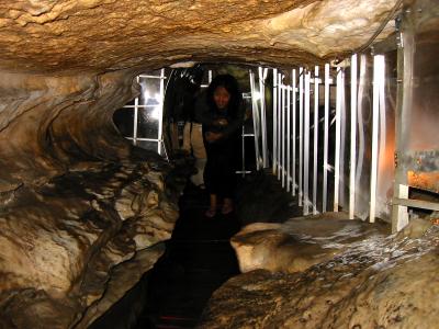 洞内には、「探検コース」というオプションルートがあり、実際には探検というほどではないが、狭い水流沿いの回廊をたどる面白いコースです。  天井が低い部分が続くので、腰が痛くなる方にはオススメしません。