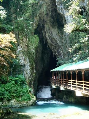 巨大な洞口からは、冷気とともに「水流」というより「川」が流れ出している。  水は思ったほど澄んでいなく、やや濁っている。