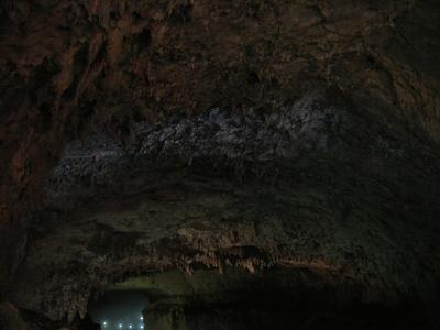 洞口からの外光が水面に反射し天井を照らす、「青天井」