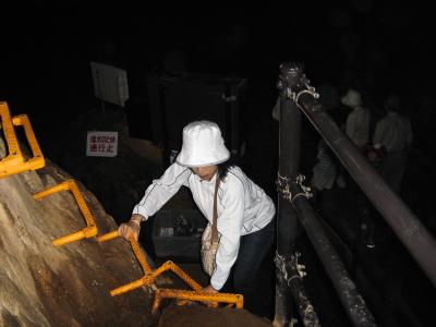 「冒険コース」の登り口。  貸し出し懐中電灯も用意されている。