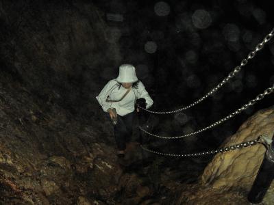 「冒険コース」は、一段高くなっている小山を周回するルート。  濡れた岩が滑りやすい。