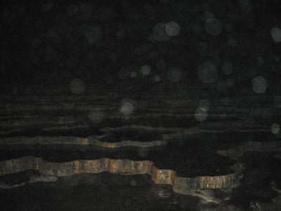 有名なリムストーンの「百枚皿」。  思っていたよりはるかに巨大だった。 ストロボの光が届かない。