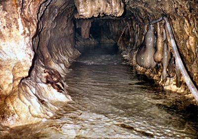 まさに地底の川