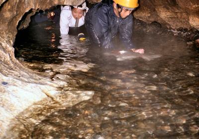 冷たい水路をほとんど四つん這いで進む区間も