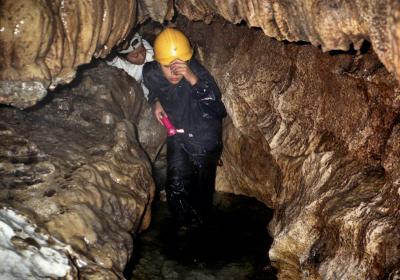 狭く曲がりくねった洞内をひたすら進む
