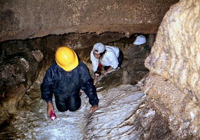 写真では判りにくいが、水流に磨かれた大理石の床にはずっと透明な水が流れている