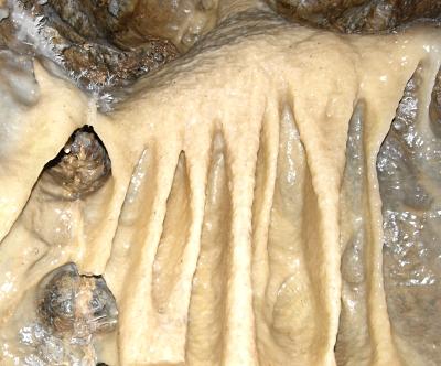 クラゲのようなフローストーンの左上には珍しいヘリクタイト。