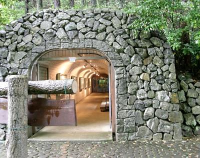 一方通行の出口は人工トンネルから退出です。