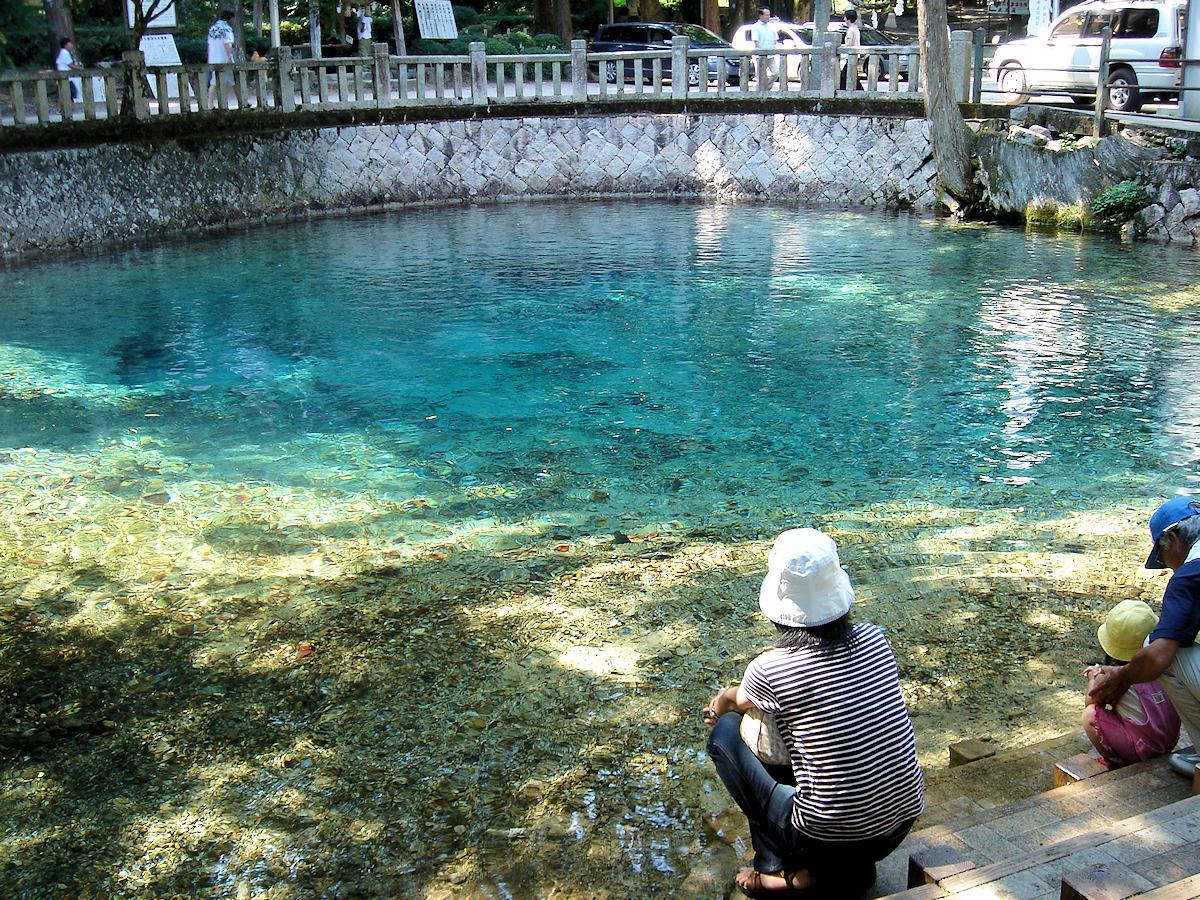 秋吉台からは離れているが、このあたりの豊富な地下水が湧き出す「別府弁天池」。  異様なまでに澄んだ水は「名水百選」にも入っている。
