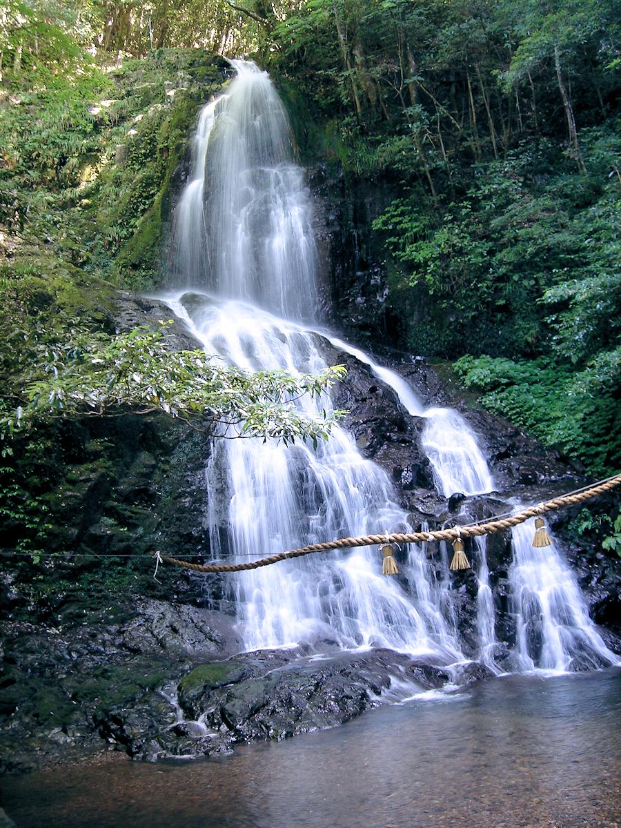 これまた秋吉台からはかなり離れているが、ついでに訪れた「秋芳白糸の滝」。  何もない田舎道の脇を入り、駐車場からもちょっと歩くが、滝好きの方にはオススメ。  高さ30mほどのこぢんまりとしたいい滝だ。  意外と遠いので、あまり興味のない方にはお勧めしない。