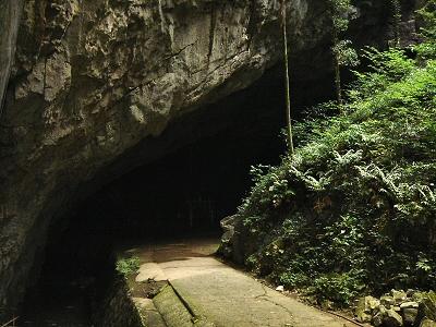 巨大な岩盤の下に開口し、冷気が流出する景清洞の入り口