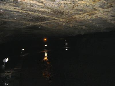 洞内河川に沿って、低い水平天井の回廊が続く