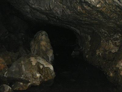 時には岩が行く手を阻むので、膝までの水中を進む。