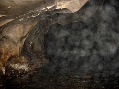 「籠穴」の内部だが、水しぶきが霧状に飛び散っているので写真がとれない。  洞内いっぱい、地底の池になっている。