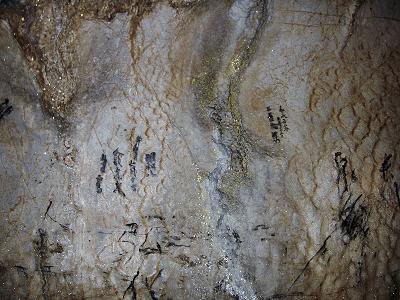探検コースとっつきの天井にある古い落書き。 墨文字で「嘉永」とか「明和」「弘化」などの年号が。