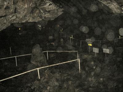 「極楽」は水平に広がる広いスペースとなる  この鍾乳洞は霧状の水滴が非常に多く、写真がほとんどうまく撮れなかった。
