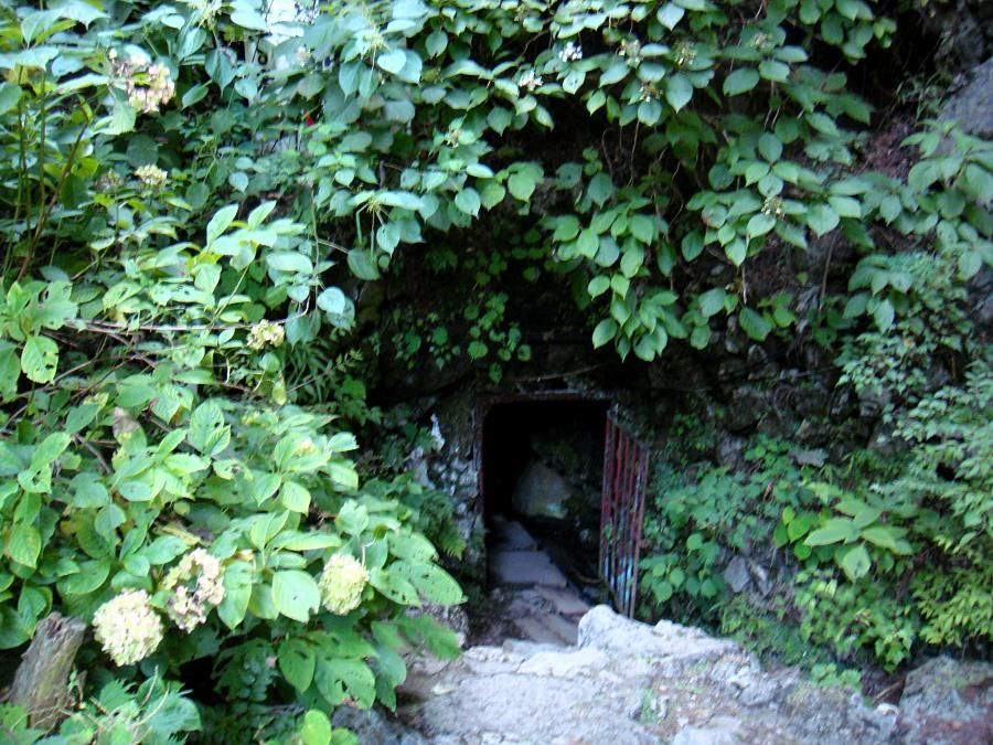 入り口はすごく小さい。 しゃがみながら出入りする。