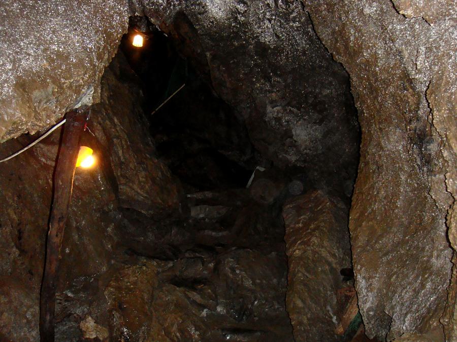 内部はおおむね狭い水平道で、部分的に溶岩洞的な雰囲気もある