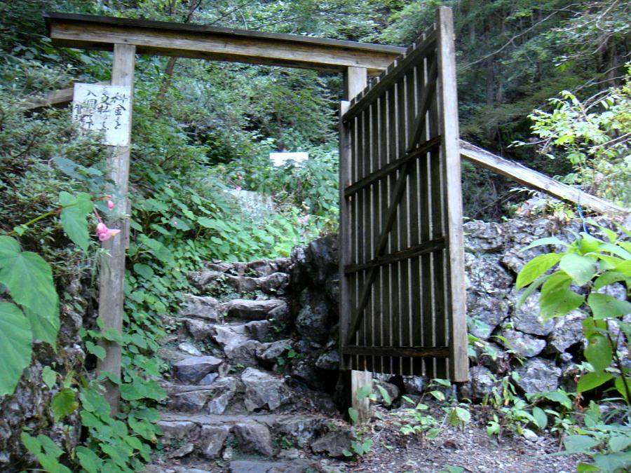 茶店のわきには、洞口へ向かう木戸が。