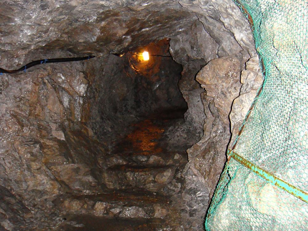 内部はほぼこんな感じの狭めの坑道状態で、ときどき階段・ハシゴあり。