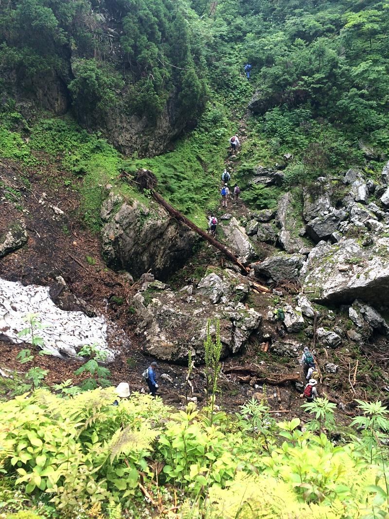 帰りは同じ道を引き返し、あの崖登りを行かなければならない。