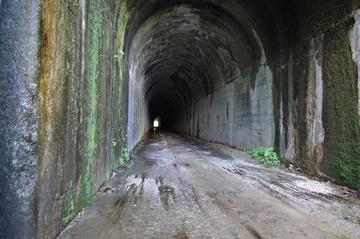 何故か途中から狭くなるトンネル。 入り口に鍵つきゲートが設けられ、無断侵入の車が来てもこの先には入れない。