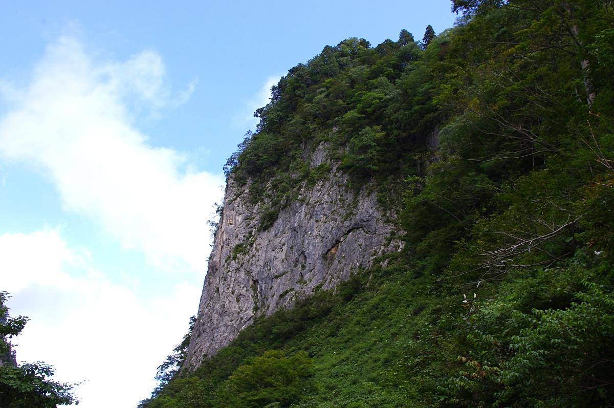 浄土門の石灰岩岩壁。