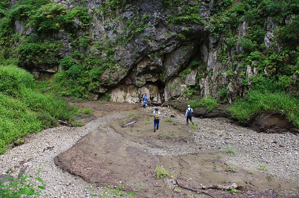 正面岩壁の脇に立つ青い服の人の右横の割れ目が大マイコミのポノール(吸い込み穴)