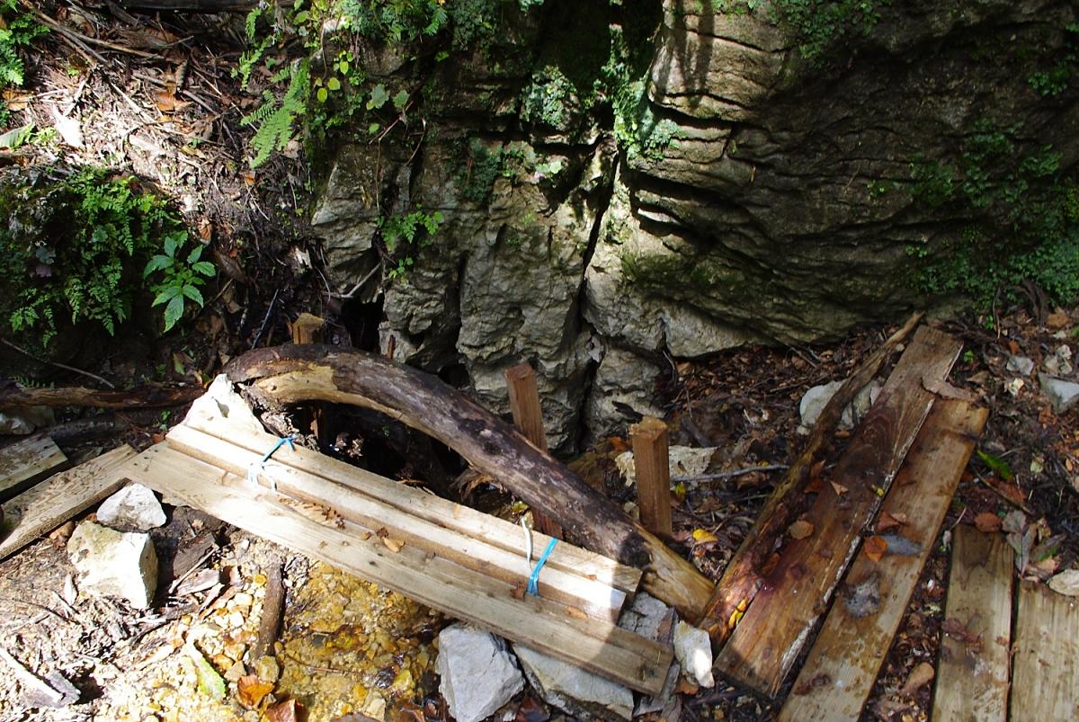 足場で囲っているので判りにくいが、岩場の下に水が流れ込んでいる。