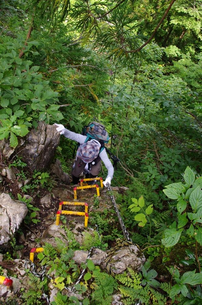 突然、「急坂」ではなく「崖」を降りるルートが。